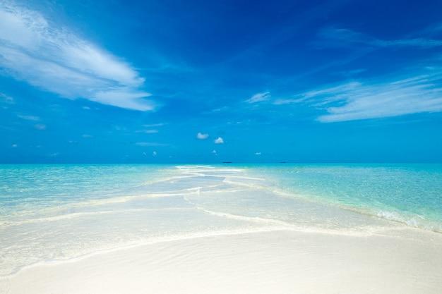 Tropische zee onder de blauwe hemel. zee landschap.