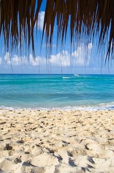 Tropische zee onder de blauwe hemel