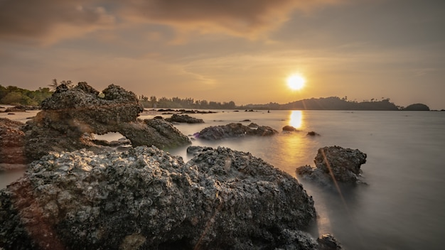 Tropische zee steen bij zonsondergang