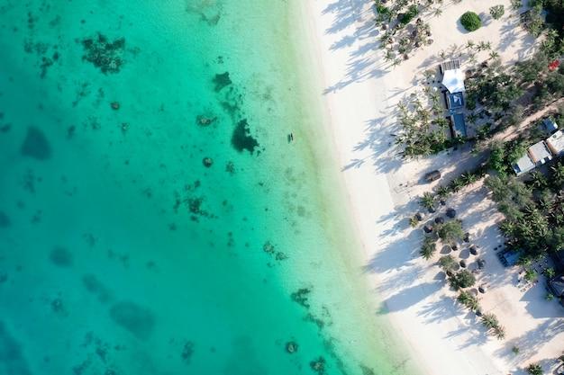 Tropische zee. verbazingwekkend vogelperspectief op zanzibar