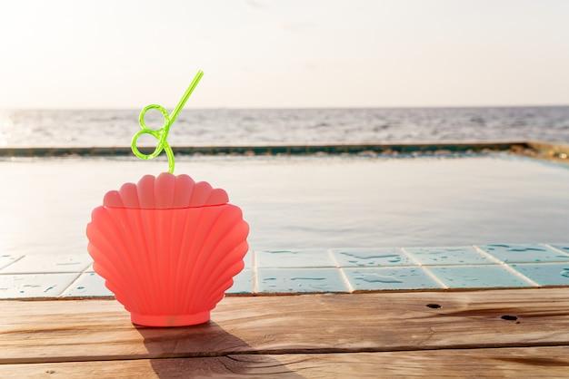 Tropische zomerdrankjes naast het zwembad