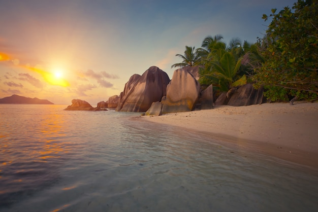 Tropische zonsondergang voor de oceaan op een prachtig eiland.