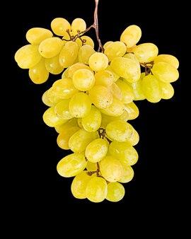 Tros druiven geïsoleerd op zwarte achtergrond
