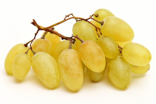 Tros druiven op witte achtergrond. lekker gezond vitamine eten Premium Foto
