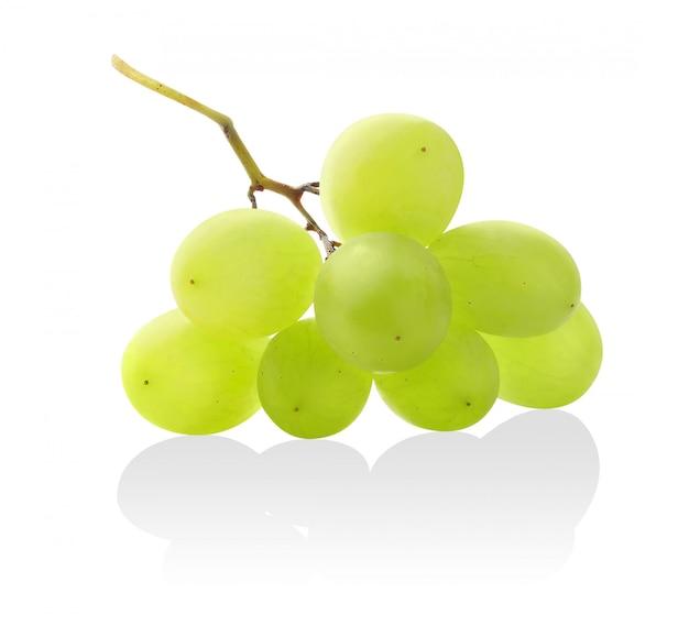 Tros witte druiven geïsoleerd op een witte achtergrond met reflectie