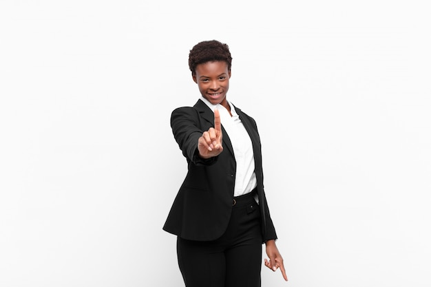 Trots en vol vertrouwen glimlachend, waardoor nummer één triomfantelijk poseert en zich een leider voelt