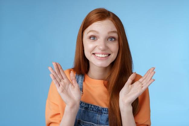 Trots gelukkig ondersteunende jonge roodharige vriendin klappende handen blij lachend feliciteren vriendin succes uitdrukken geluk juichen bijwonen geweldige prestatie gelukkig omklemmen
