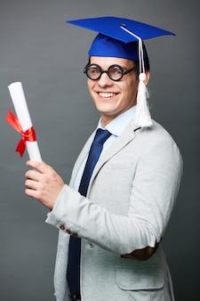 Trotse jonge man met zijn diploma