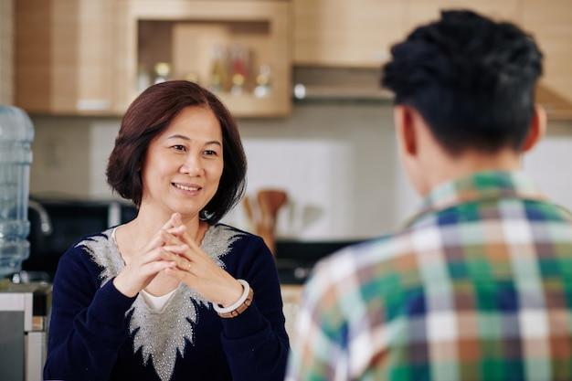 Trotse moeder die aan zoon luistert