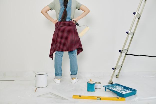 Trotse vrouw heeft net muur geschilderd