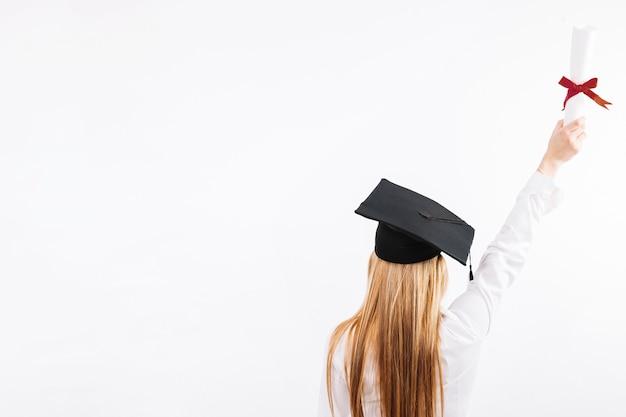 Trotse vrouw met papier van het onderwijs