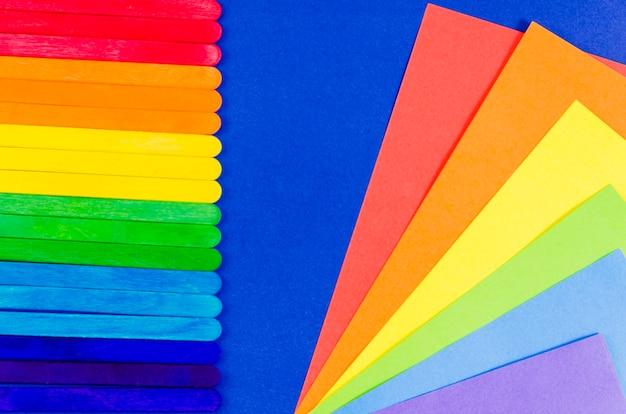 Trotsvlag met kleurrijk vel papier
