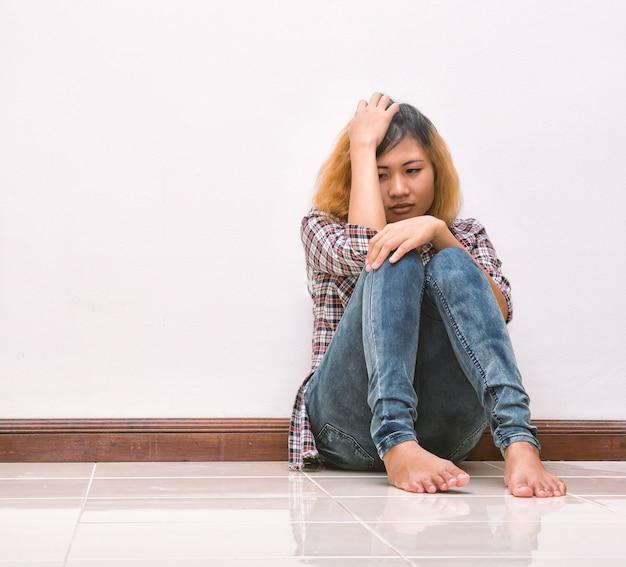 Troubled jonge vrouw aan te raken haar hoofd