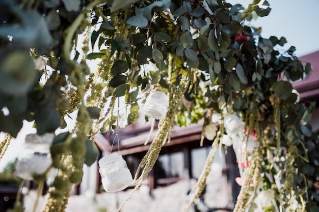 Trouw altaar versierd met roze en witte bloemen