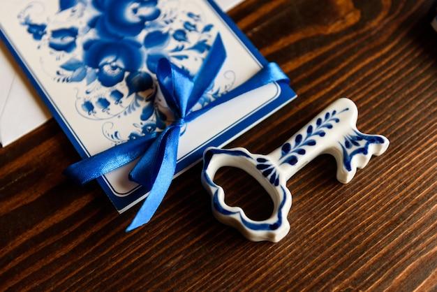 Trouwaccessoires in de stijl van gzhel, porselein, bloemen, ringen, uitnodigingen, bruiloft