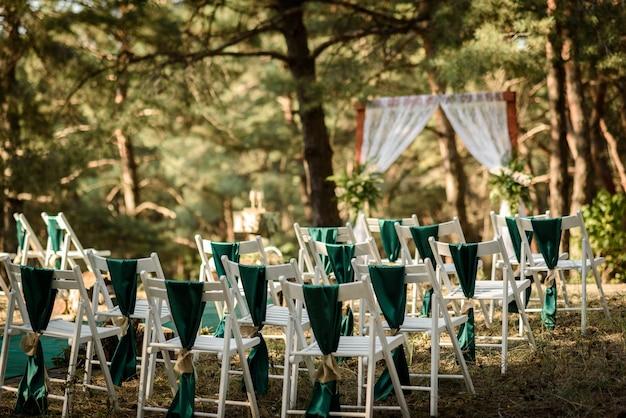 Trouwceremonie in het bos tussen de bomen op de groene baan