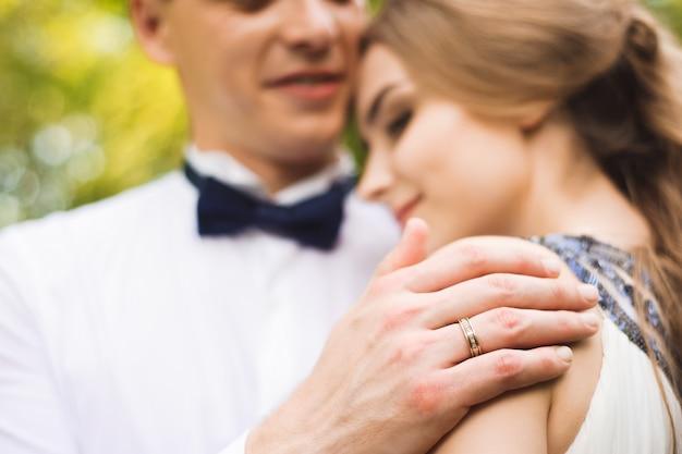 Trouwdag. bruid en bruidegom buiten in de natuur locatie. bruidspaar verliefd op trouwdag