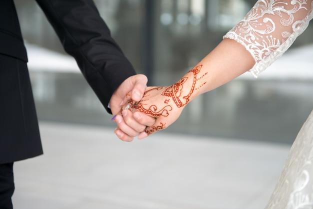 Trouwdag. bruidegom en bruid met bloem. gelukkig stel