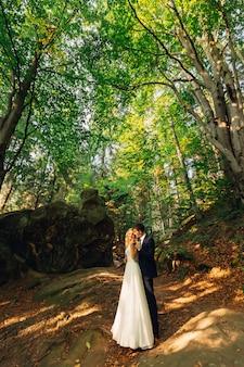 Trouwdag. vrolijke bruid en bruidegom buitenshuis
