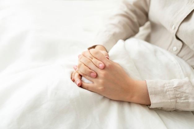 Trouwe vrouw die in bed bidt
