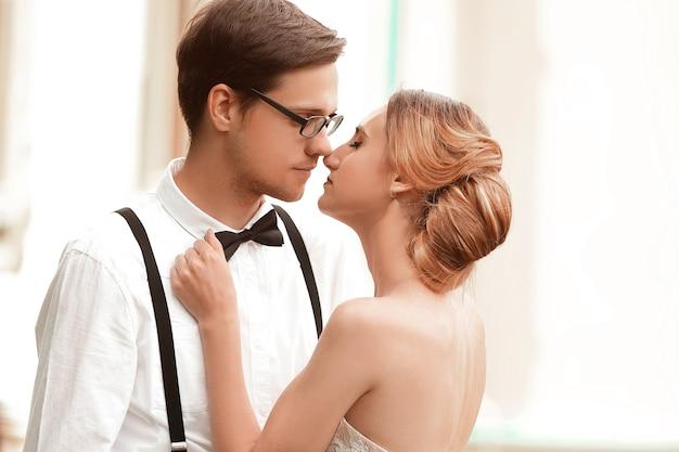 Trouwen boeket in de handen van de bruid en bruidegom