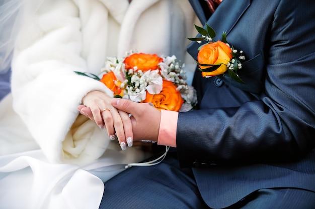 Trouwfoto van een jong stel geliefden die net getrouwd zijn