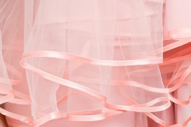 Trouwjurk detail. de roze franjes van de huwelijkskleding sluiten omhoog.