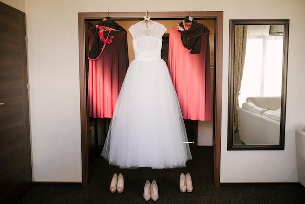 Trouwjurk en de jurk bruidsmeisjes, bruid ochtend