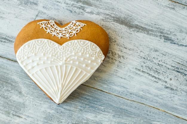 Trouwjurk hart koekje. koekje met wit glazuur. kleine verrassing voor een bruid. smaak van vakantie.