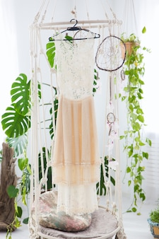 Trouwjurk in boho-interieur