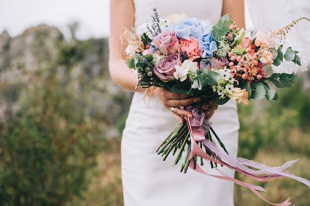 Trouwjurk, trouwringen, bruidsboeket