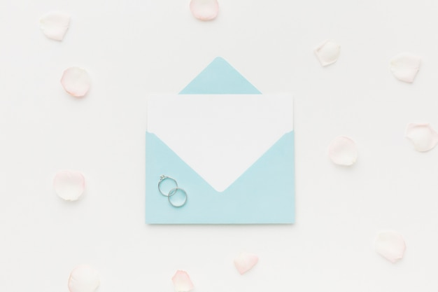 Trouwkaart en verlovingsring
