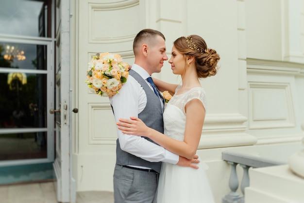 Trouwkoppel. mooi paar, bruid en bruidegom kijken elkaar aan en glimlachen