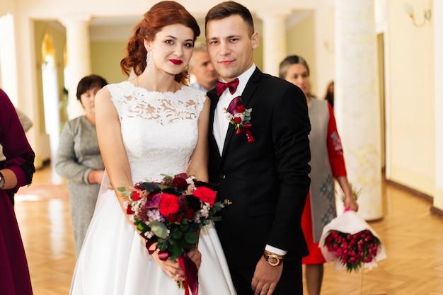 Trouwkoppel. schattige bruid met corsages en stijlvolle bruid