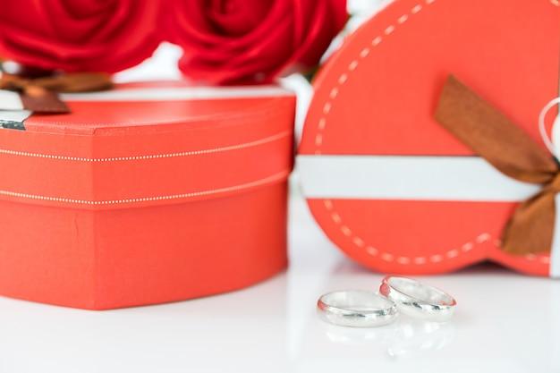 Trouwring en hartvormige doos op wit