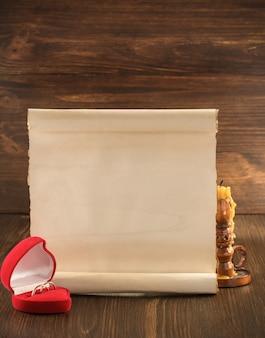 Trouwring en oud papier op houten