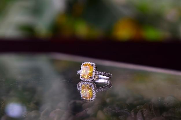 Trouwring het is een mooie, dure gele diamanten ring voor dames.