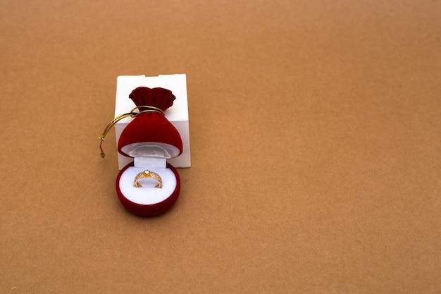 Trouwring in een rode doos