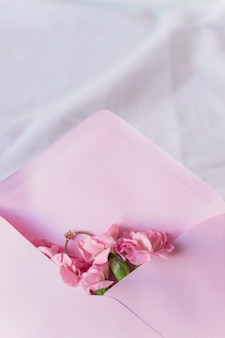 Trouwring in envelop met heldere bloemen