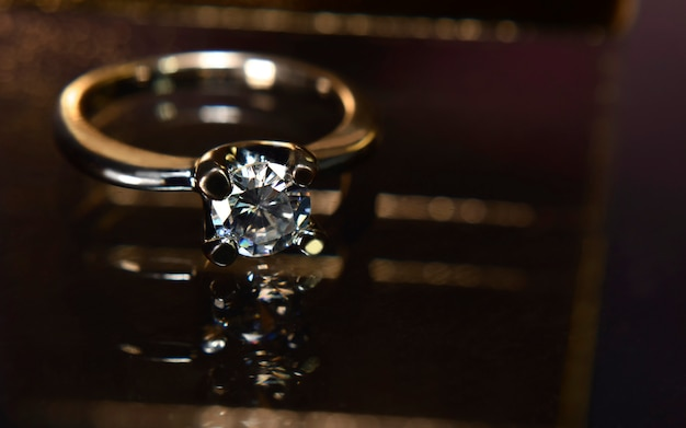 Trouwring is een diamanten ring op de houten vloer
