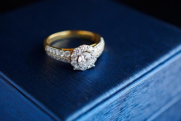 Trouwring met gouden diamanten op juwelendoosje