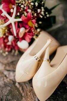 Trouwringen aan schoenen