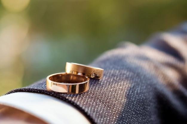 Trouwringen. bruiloft symbolen. huwelijksdetails van de bruidegom.