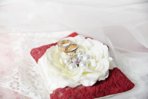 Trouwringen. bruiloftsymbolen, attributen.