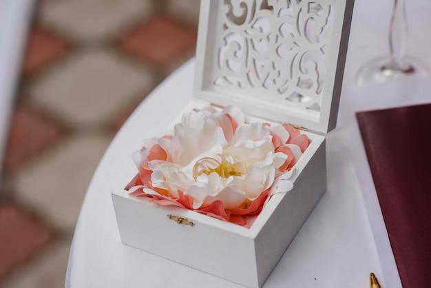 Trouwringen close-up in een mooie doos, tijdens de bijeenkomst van de bruid. accessoires