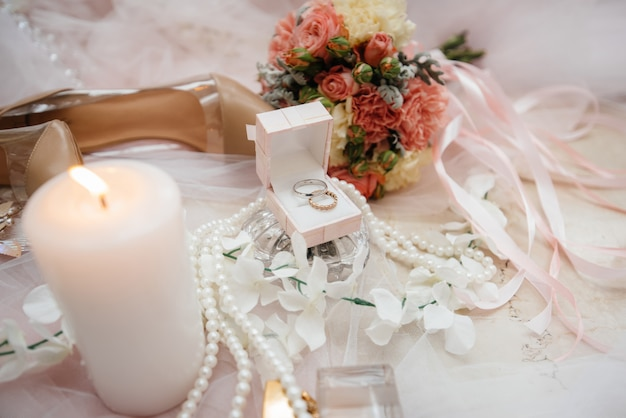 Trouwringen en andere accessoires close-up tijdens de bijeenkomst van de bruid. bruiloft.