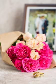 Trouwringen en rozen
