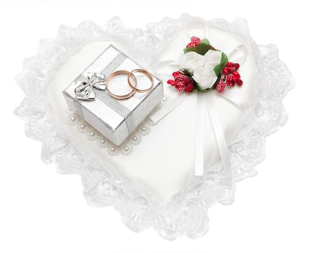 Trouwringen, geschenkdoos en bloemen voor de bruid.