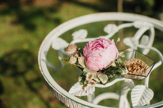 Trouwringen in de juwelendoos bij de huwelijksceremonie.