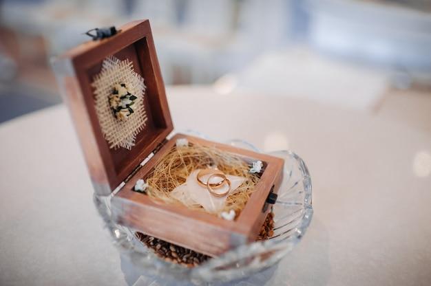 Trouwringen in de juwelendoos bij de huwelijksceremonie